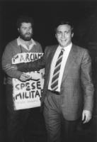 """""""Ivan Novelli, cartello al collo: """"""""marciamo contro le spese militari"""""""" offre un volantino a Claudio Signorile (PSI). Walk around della LDU (lega per"""