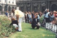Franco Corleone, insieme ad altri militanti interra una pianta di marijuana nel giardino antistante Palazzo Marino sede del comune di Milano. Folla, t
