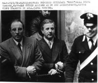 Raffaele Cutolo viene condotto in aula ammanettato (BN)