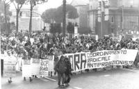 corteo del CORA dopo l'approvazione della legge Jervolino-Vassalli. Folla in corteo, con striscione CORA.  (BN)