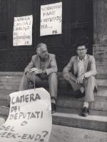 """""""Pannella e Cicciomessere seduti sui gradini di Montecitorio con al collo cartelli: """"""""Camera dei deputati o del week-end?"""""""" """"""""Camera chiusa, obbligo d"""