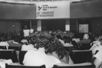 28° congresso straordinario PR. Banner, presidenza, Pannella parla alla tribuna, in primo piano due ragazzi di spalla che si abbracciano (BN)
