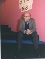 Stanzani seduto sui gradini del palco del 3° Congresso Italiano del PR.