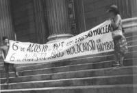 """""""Anniversario della bomba di Hiroshima. Manifestazione a Madrid con striscione retto da due militati con su scritto: """"""""6 de agosto de 1945 Holocausto"""