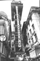 """Un lungo striscione pende dall'alto di una costruzione di Lisbona. Scritta: """"""""salvemos o ozono""""""""  (BN) bella e importante"""