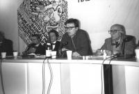 Zevi, Taradash, ???, Stanzani seduti in un consiglio federale. Dietro logo PR. (BN)   (sandro)