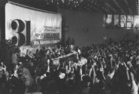 31° congresso PR. I delegati alzano il cartellino per votare (BN) Ottima