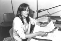 ritratto di Rita Bernardini sorridente mentre è in diretta negli studi di Radio radicale (BN) Foto di Tano D'Amico. Buona