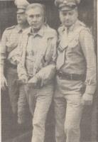 Enzo Tortora in manette arrestato dalla polizia, viene condotto fuori dell'hotel Plaza a Roma e scortato da due carabinieri. (BN) foto da giornale. Im