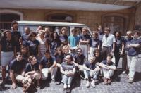 Radical Trophy. Foto di gruppo di radicali in procinto di partire per una vacanza-seminario collettiva. Si riconoscono tra gli altri: Caterina e Paola