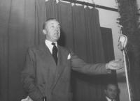 Nicolò Carandini parla in un convegno. Primo piano. (BN)