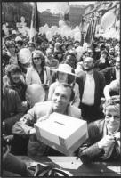 marcia Pasqua '84. comizio a piazza Navona. Folla enorme e Andreani sorridente in primo piano con cassetta contributi. (BN) ottima, importante