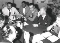 Riunione intorno ad un tavolo. Da sinistra a destra: avv. Vinicio De Matteis (capotavola) Emilio Zanone, Gatti, Villabruna, Garofalo di fronte a lei P