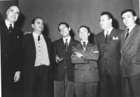 in piedi schierati da sinistra a destra: Francesco Malgeri, Arrigo Benedetti, Edilio Rusconi, Arturo Tofanelli e altri due (BN)  (bandinelli)