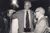 Pannella sorridente offre il microfono a Umberto Terracini durante un comizio.  (BN) bella