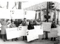 Manifestazione per Ida Nudel e gli altri refusnik (ebrei sovietici). Leonid Plioutsch, Novi e altri con cartelli al collo davanti al parlamento europe