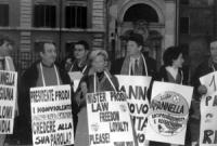 """Piero Milio, Bonino, Dell'Alba con cartelli al collo: """"presidente prodi i nonviolenti devono ancora credere alla sua parola?"""" alla dimostrazione davan"""