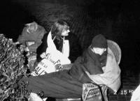 Emma Bonino in un sacco a pelo, insieme a Stanzani e Bernardini nella notte tra il 15 e il 16 alla dimostrazione davanti a Palazzo Chigi dalle ore 17.