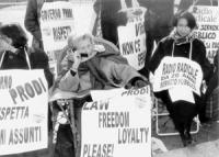 """Bonino e altri militanti la mattina del 16 con cartelli al collo: """"governo Prodi rispetta gli impegni assunti"""", """"radio radicale, 20 anni di servizio p"""