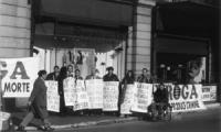 """manifestazione del Cora a Largo Colonna. Striscione: """"Droga. Proibire produce crimine"""". Spagnoli, Fischetti, Pugliese con cartelli al collo: I sert pe"""