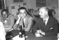 assemblea intorno ad un tavolo. Da sinistra: Emilio Zanone, Gatti, Villabruna (BN)