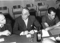 assemblea intorno ad un tavolo. Da sinistra a destra: Pannunzio, Libonati, Scalfari (BN)