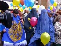 """""""Un fiore per le donne di Kabul"""". Manifestanti, Burke, palloncini. Manifestazione dell'8 marzo A Bruxelles contro la politica antidroga dell'ONU che f"""