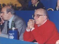 Stanzani seduto sul palco di un congresso italiano del PR. Primo piano stretto.