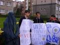 """""""Un fiore per le donne di Kabul"""". Manifestanti con cartelli al collo davanti alla sede del'ONU: """"UNCDP finance les talebans contre l'Afghanistan"""", don"""
