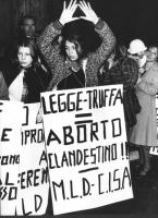 """""""dimostrazione radicale contro la nuova legge sull'aborto. Ragazza con mani sollevate per formare il simbolo della vagina, cartello al collo: """"""""legge"""