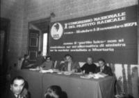 Provini. 10° congresso PR. Banner con logo PR (testa con berretto frigio). Alla presidenza Pannella, Loris Fortuna, Cicciomessere, Mellini. Altri che