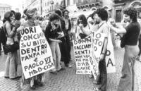 """""""Piazza Navona, prima di una manifestazione: Adele Faccio con al collo cartello: """"""""fuori Conciani subito! Dentro Fanfani e Paolo VI. MLD-CISA"""""""" con at"""