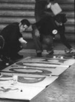 """PROVINI. militanti de il """"FUORI"""" scrivono i loro cartelli nella sala di un congresso del PR. (BN)"""