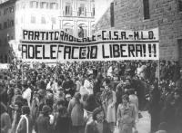 """""""Manifestazione nazionale per l'aborto. Folla a piazza della Signoria con striscione: """"""""Adele Faccio libera!!! PR-CISA-MLD"""""""". (BN) Bella, importante"""""""
