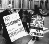 """PROVINI. Pannella con cartello al collo: """"No alle discriminazioni fra gli obiettori. Loc"""", """"Roberto Cicciomessere libero"""", """"Legge Truffa, obbiettori d"""