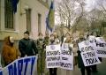 """""""Un fiore per le donne di Kabul"""".  Mosca. Militanti radicali con cartelli al collo in cirillico e in inglese sotto la sede dell'ONU. Manifestazione de"""