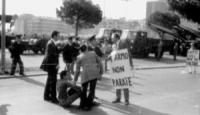 """PROVINI. manifestazione radicale durante una parata militare del 2 giugno in una cità del nord Italia. Pannella e altri con cartelli al collo: """"disarm"""