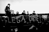 """PROVINI. al chiuso. convegno (semivuoto), stto la presidenza striscione: """"lega obiettori"""" (BN)"""