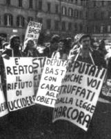 """PROVINI. Manifestazione davanti a Montecitorio. militanti (tra cui Cicciomessere) con cartelli: """"deputati, anche voi truffati dalla legge Marcora"""", è"""