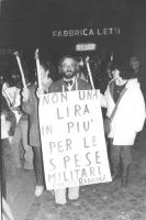 """""""fiaccolata, Marcello Crivellini indossa un cartello: """"""""non una lira in più per le spese militari PR"""""""".  (BN)  (sandro) """""""