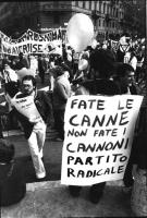 """""""Manifestante tiene al collo un cartello: """"""""fate le canne non fate i cannoni PR""""""""  (BN)"""""""
