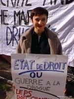 Ritratto di Nathalie Cahey. Manifestazione del Cora davanti al Ministero degli affari sociali e della sanità belga contro la proibizione del trattamen