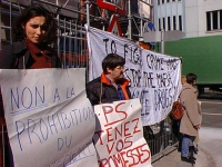 Guendaline e Marc Tonneaux alla manifestazione del Cora davanti al Ministero degli affari sociali e della sanità belga contro la proibizione del tratt