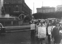 """""""Corteo radicale sotto la pioggia. Rutelli tiene al collo un cartello: """"""""Alfonso Navarra è in galera perché lotta per la pace contro i missili a Comis"""