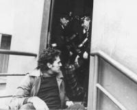 Rutelli seduto a terra mentre due carabinieri stanno trascinando di peso (anche per i capelli) un altro manifestante (BN) ottima
