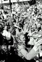 disobbedienza civile in materia di droghe a Porta Portese. Vigevano tiene in mano delle piante di marijuana. ottima, importante