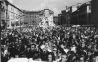 disobbedienza civile in materia di droghe a piazza Navona. Vista della folla che assiste al lancio dell'hashish.