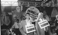 disobbedienza civile in materia di droghe a piazza Navona. Pannella e Dupuis un attimo prima di cedere hashish ed essere arrestato .