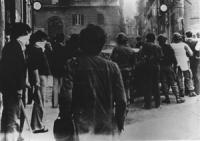 Piazza della Cancelleria. Poliziotti travestiti da autonomi con bastoni in mano e col volto coperto dietro i poliziotti vestiti in assetto antisommoss