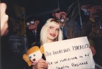 """""""Ilona Staller, detta Cicciolina, sorridente tiene in mano peluche e cartello: """"""""all'onorevole Macaluso per una iscrizione in più al PR""""""""  buona"""""""